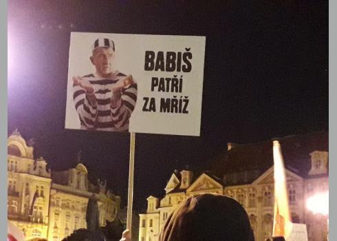 """""""Babiš gehört hinter Gitter"""" steht auf dem Plakat."""