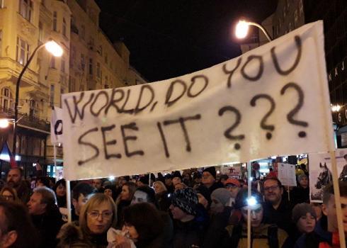 Mit diesem Plakat wenden sich die Demonstranten an die Welt.