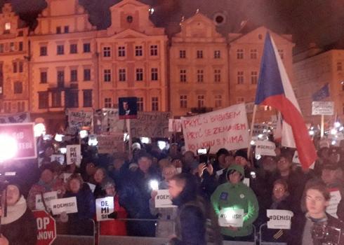 Tausende von Demonstranten fordern den Rücktritt. Der Protestmarsch wurde live im Internet übertragen.