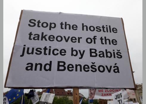 """Botschaft eines Demonstranten: """"Stoppt die feindliche Übernahme der Justiz durch Babiš und Benešová."""""""