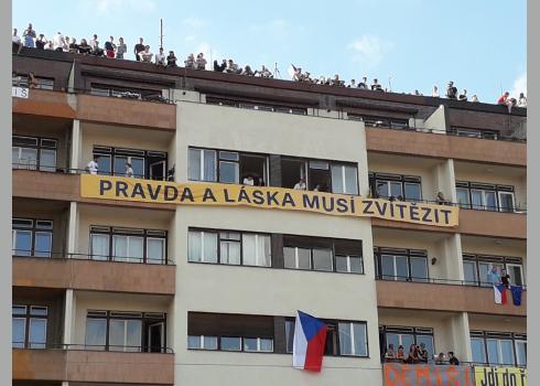 Die Demonstranten ließen Banner mit Aufschriften aus der Zeit der 89er Revolution herab.