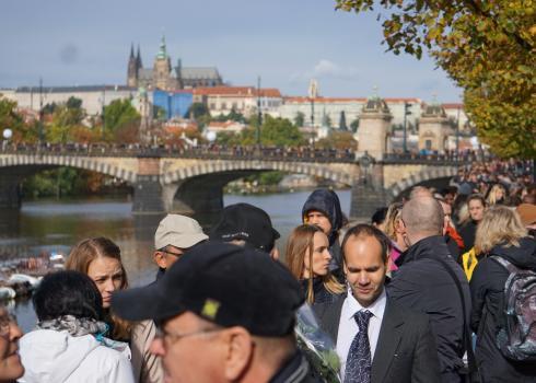 """Tausende Tschechen säumen den Weg von der Brücke """"Most Leggií bis zum Sophienpalais. Foto: Kountouroyanis"""