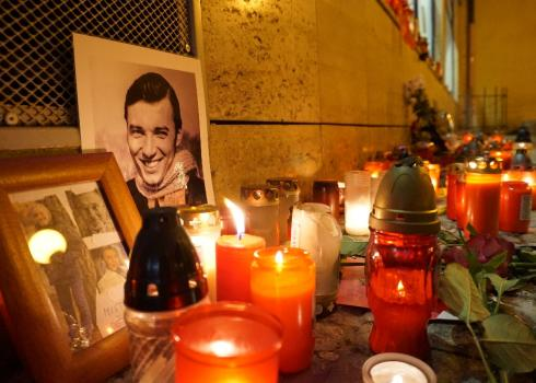 Foto, Kerzen und Blumen für Gott zwischen Wenzelsplatz und Nationalstraße.