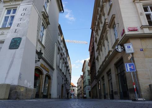 Eine Seitenstraße am Altstädter Ring. Menschenleer! Foto: K. Kountouroyanis