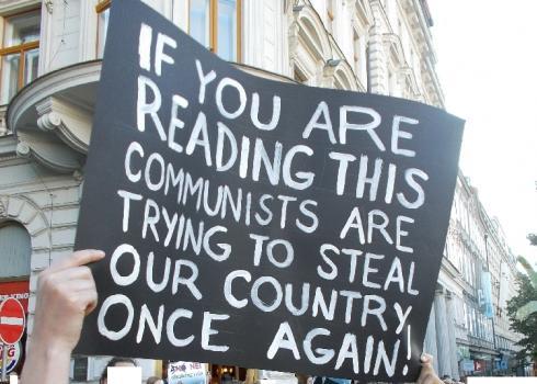 Prager Demonstrant wendet sich an die Welt.