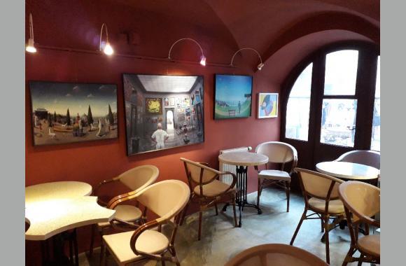 Café mit Gemäldeausstellung interessanter Künstler.