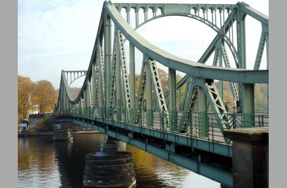 Die Glienicker Brücke führt über die Havel (Blick: Richtung Osten)