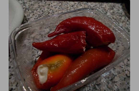 Diese Peperonis haben einen pikanten Geschmack und sind mit cremigen Schafskäse gefüllt.